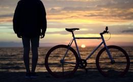 20-us_homme-velo-mer